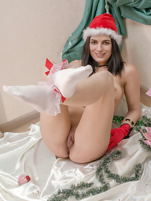 Nika H shows off her beautiful tittes and pussy in Chrismas set - image 13