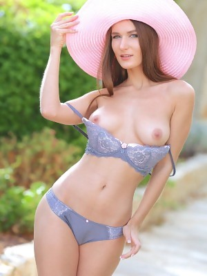 Gorgeous Elina shows off her delectable sexy body outdoors