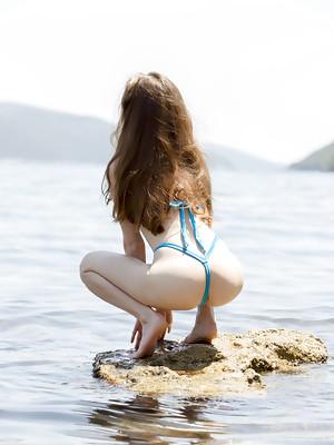 Sofi Shane showcasing her petite body by the beach - image 3