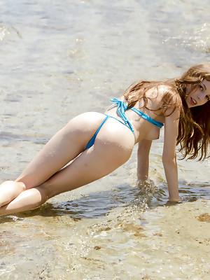 Sofi Shane showcasing her petite body by the beach - image 4