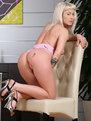 Gorgeous blonde Licky Lex toys both holes - image 4