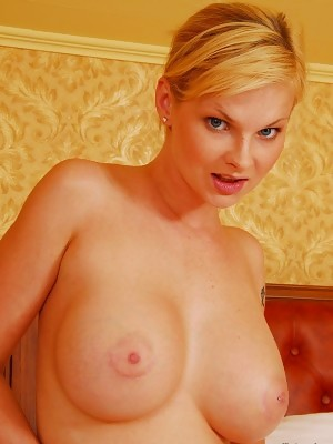 Short hair beauty Tarra White reveals bigtits and pussy in closeup